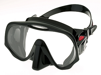 atomic aquatics Frameless mask is the original most low profile mask from Atomic. It features a very thin design and the widest field of vision with a black silicone that surrounds the glass and a squeeze lock buckle